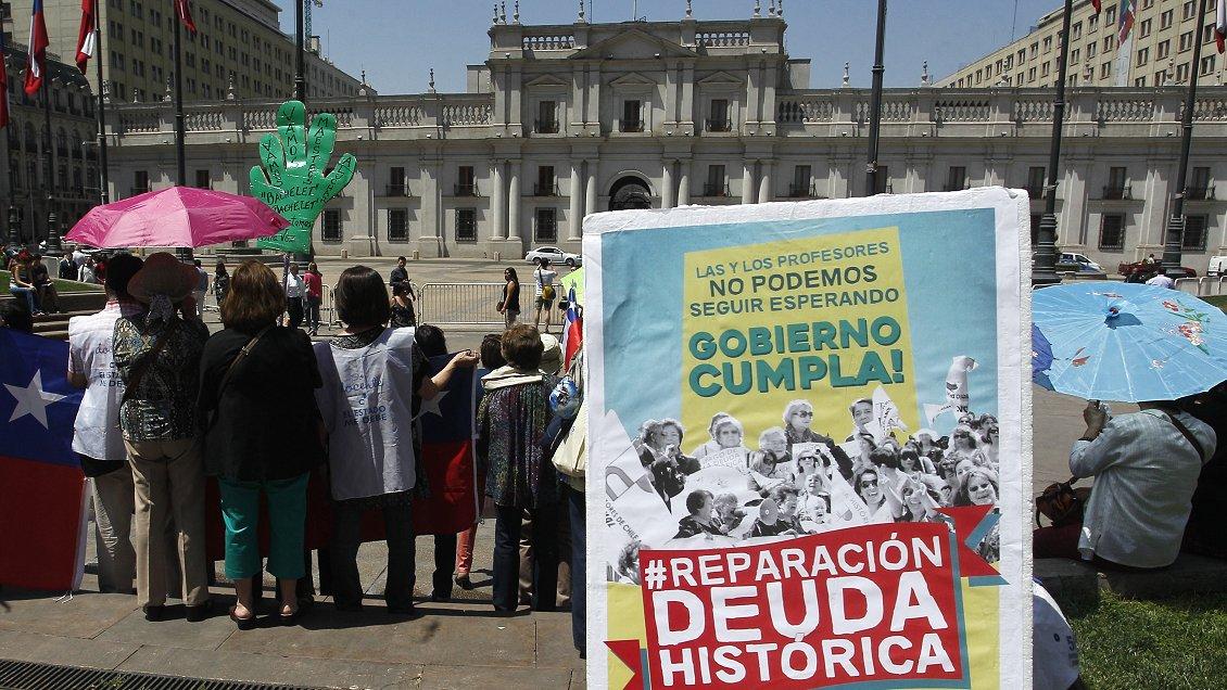 Yasna Provoste firma compromiso presidencial para pagar la deuda histórica de los profesores