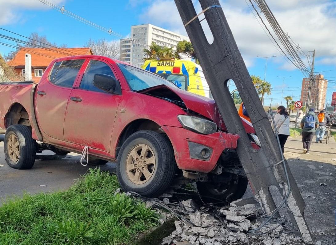 Camioneta impacta de lleno a poste en Avda. Alemania en Los Ángeles